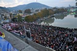 13 ნოემბერს, ასი ათასი მოწამის ხსენების დღეს, პატრიარქი მეტეხის ხიდზე საზეიმო პარაკლისს გადაიხდის
