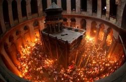 მაცხოვრის საფლავზე  წმინდა ცეცხლი გადმოვიდა!