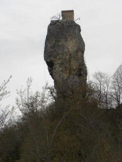 კაცხის სვეტი 40-45 მეტრი სიმაღლისაა და მასზე ასვლა მხოლოდ ვიწრო რკინის კიბითაა  შესაძლებელი