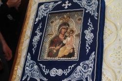 22 მაისს, დილიდან, ღვთისმშობლის მირონმდინარე ხატს წმინდა ნიკოლოზის ეკლესიაში (ვორონცოვზე) მიაბრძანებენ