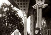 მოხუცი დები მართლაც იშვიათი გრძნობით ადიდებდნენ უფალს